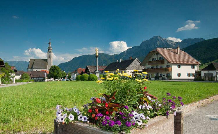 Dorfplatz Anger und Pfarrkirche Maria Himmelfahrt